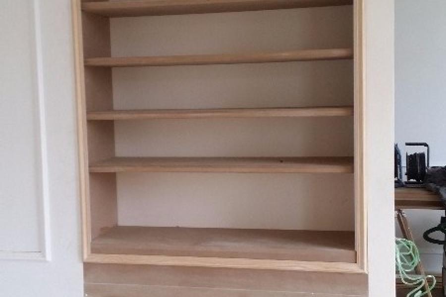 Bibliothèque avec cache radiateur intégré