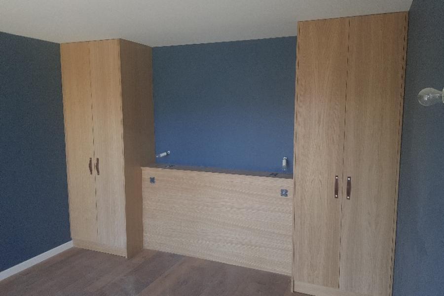 Placards et tête de lit sur mesure en chêne vernis incolore