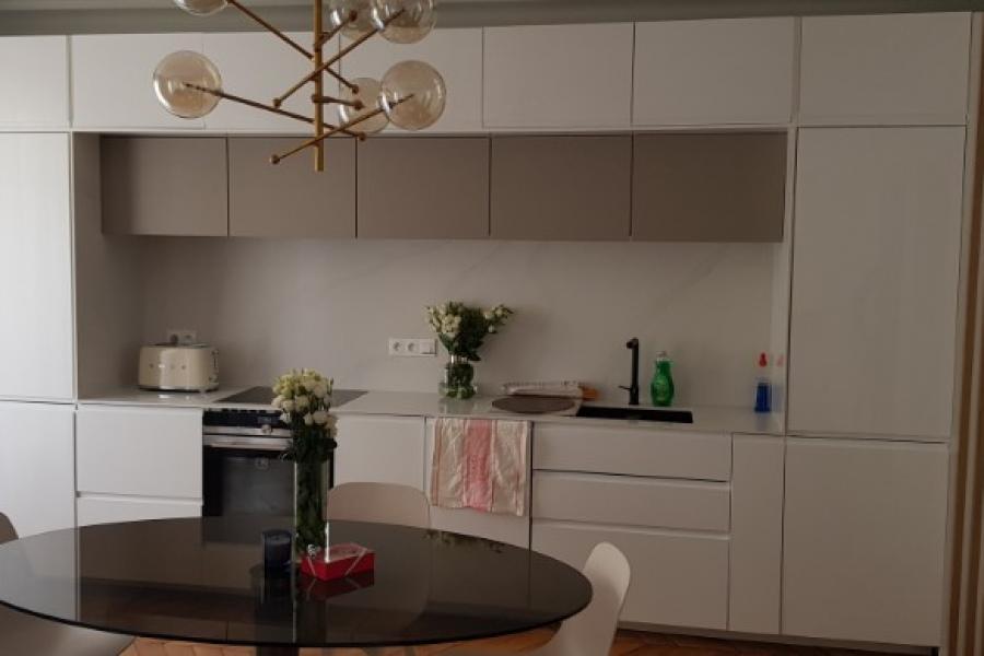 Habillage d'une cuisine avec des éléments fonctionnels et  décoratifs sur mesure