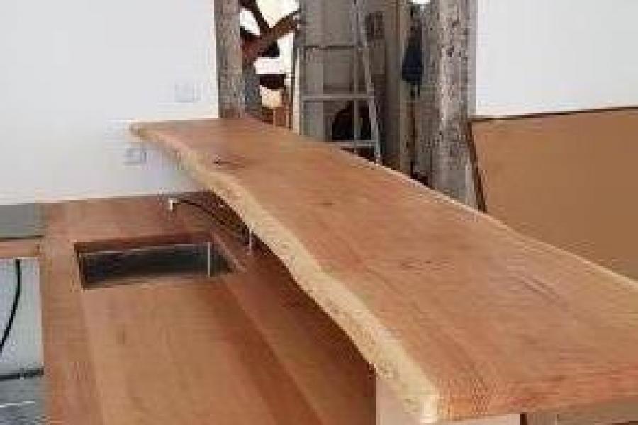 Plan de travail en chêne massif concervant la courbure naturelle de l'arbre
