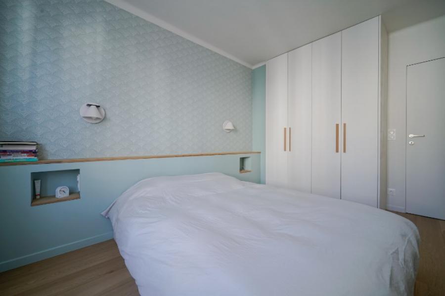 Réalisation d'un dressing et d'une tête de lit laqués vert opale et chêne.