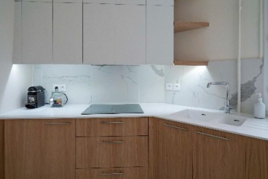 Cuisine sur mesure blanche et chêne avec plan de travail en Solid Surface type Corian