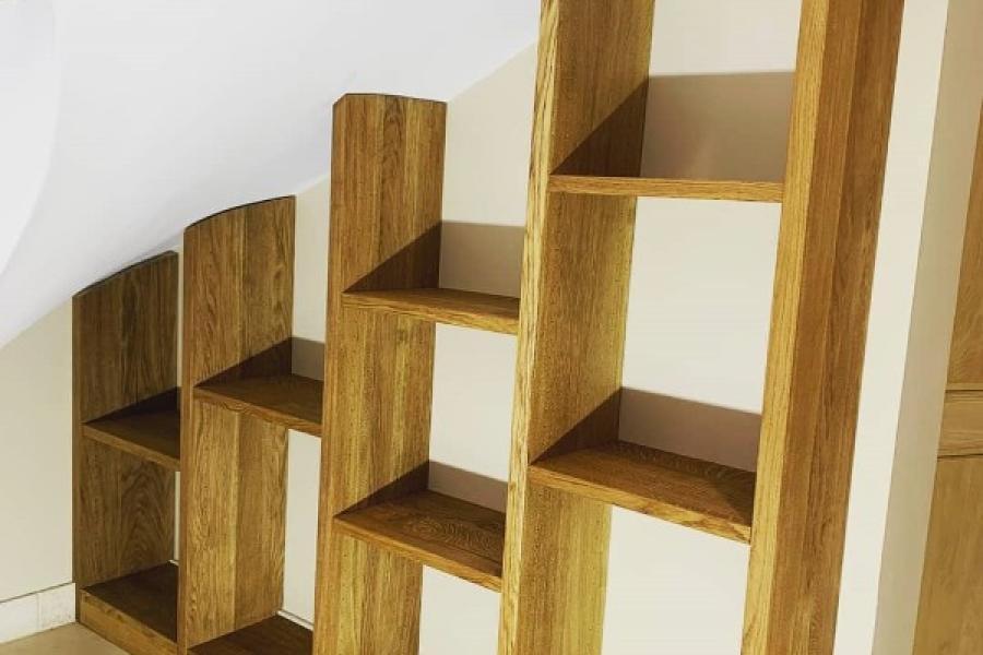 Bibliothèque sur mesure en chêne massif sous escalier