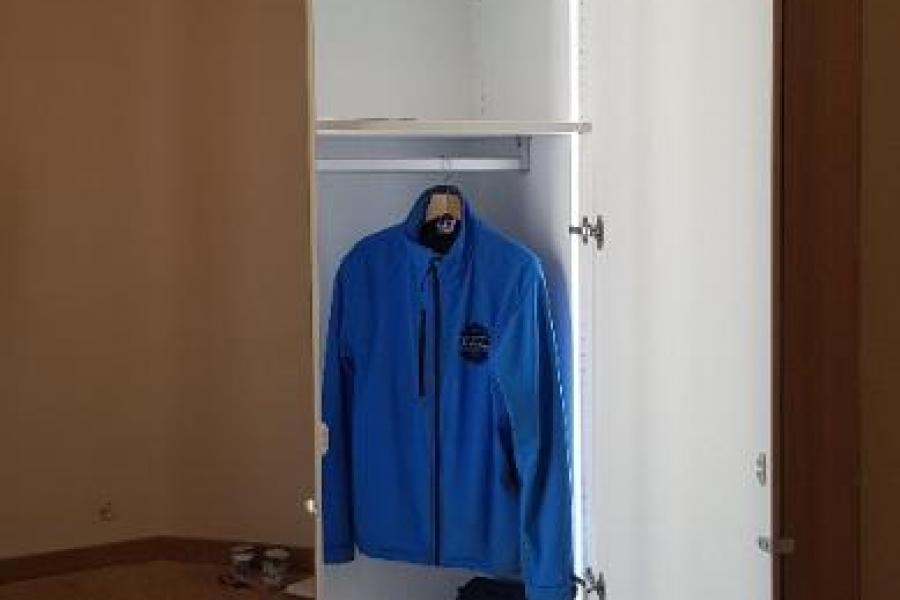 Dressing sur mesure avec renfoncement pour fenêtre. Leds automatique et portes miroirs